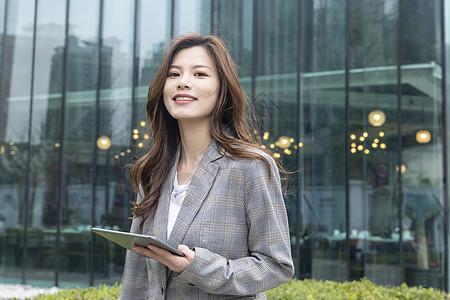 商务女性看平板图片