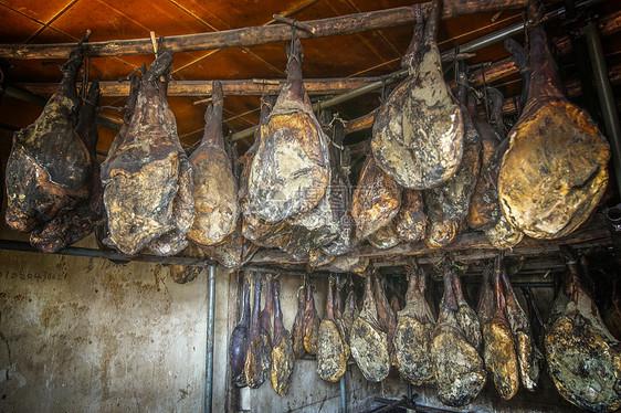 云南宣威著名火腿腌制挂晒图片