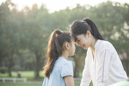 女儿和妈妈亲密接触图片