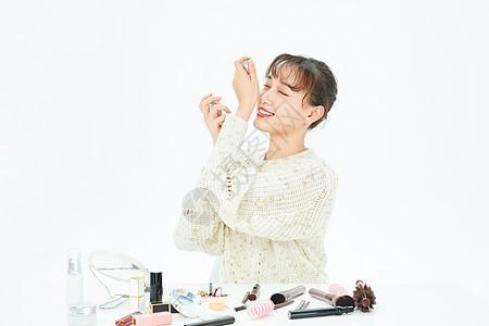 女性居家化妆喷香水图片