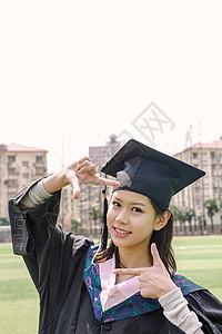 毕业季穿学士服的美女图片
