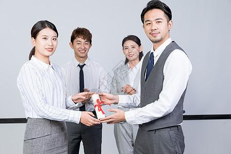 商务人士颁奖领奖图片