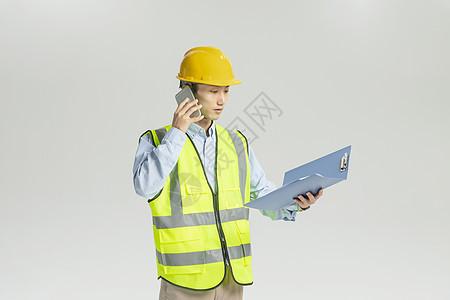 工程师手拿文件打电话 图片