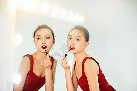 性感美女化妆镜前涂口红图片