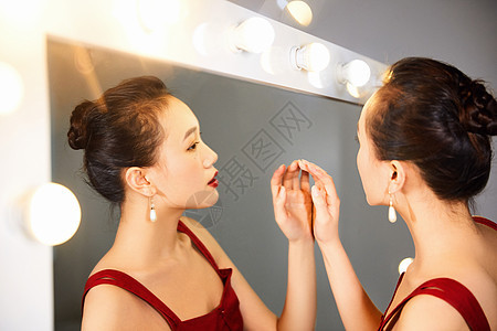 性感美女在化妆台前图片