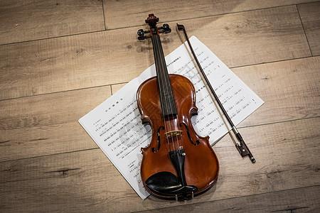 小提琴在地板图片