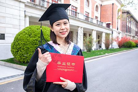 女大学生毕业点赞手势图片