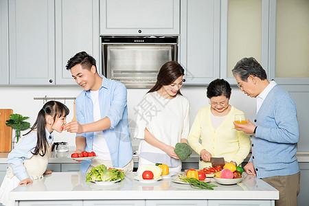 全家人一起做饭图片