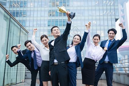 企业团队举奖杯庆祝图片