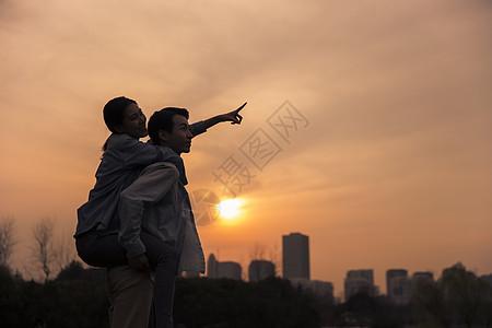 夕阳下情侣依偎图片