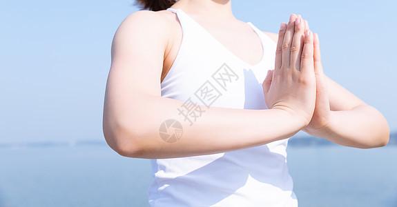 女性瑜伽合掌特写图片