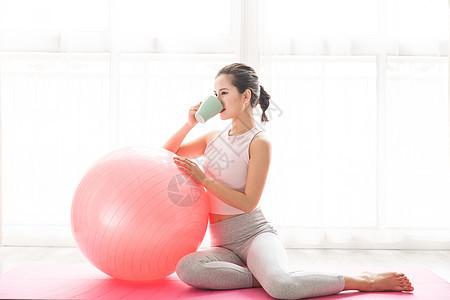 女性瑜伽喝水图片