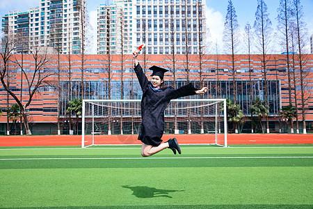 应届毕业生操场跳跃图片