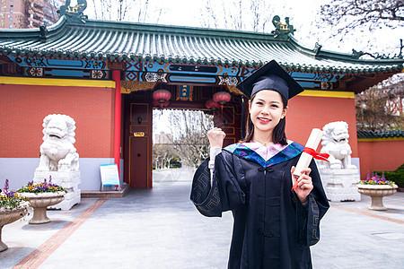 女大学生拿毕业证图片