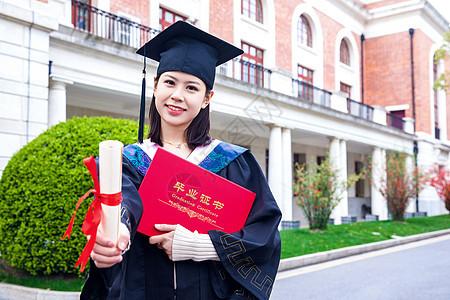 毕业生手持毕业证书图片