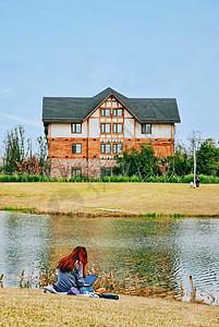 春日湖边休闲的美女背影图片