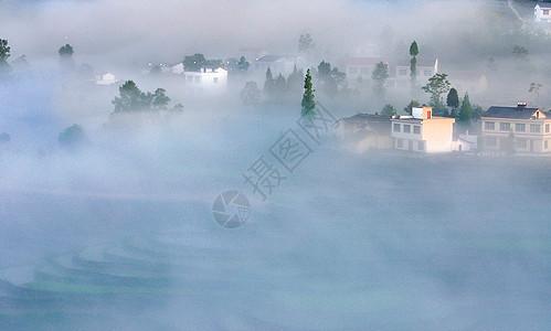 云雾缭绕的凤堰古梯田图片
