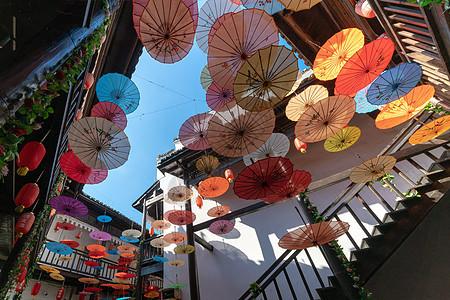 挂满日式雨伞的民宿酒店图片