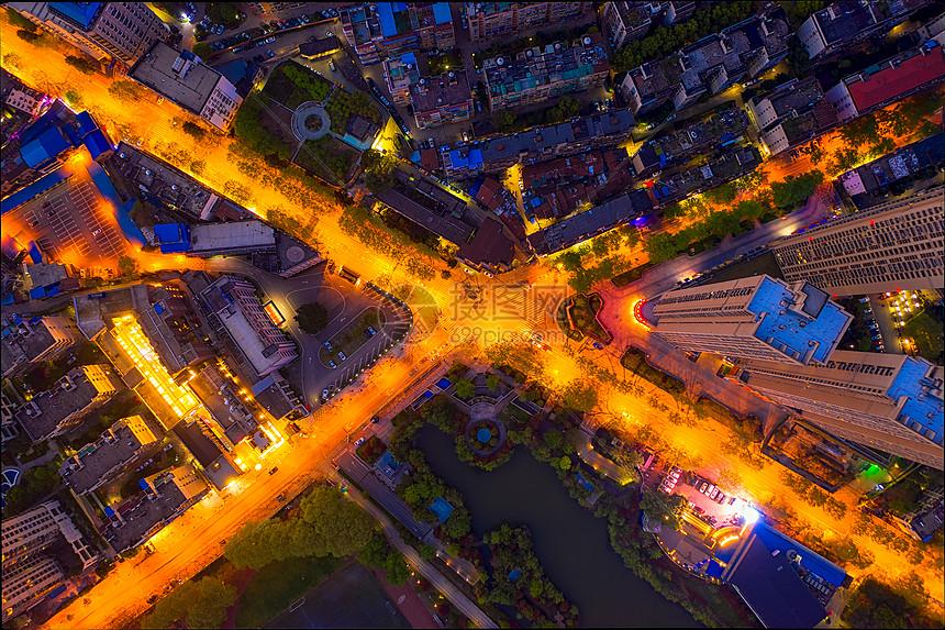 俯瞰城市老城区拥堵的十字路口图片
