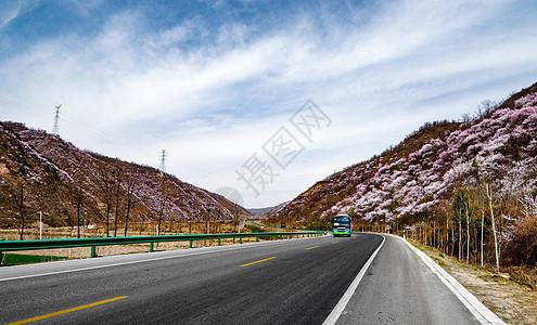 穿行于县道上的村村通中巴车图片