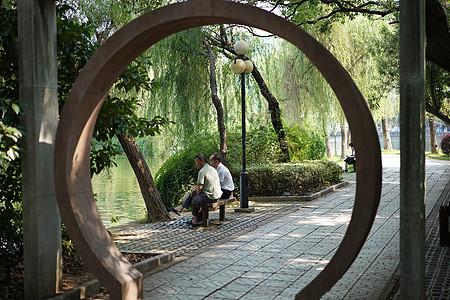 夏天公园休息乘凉的人图片