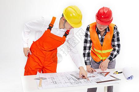 工程师讨论设计图纸图片