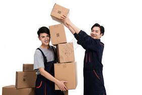 快递人员搬箱子图片