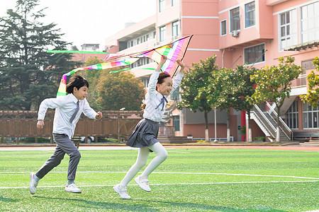 小学生追逐放风筝图片