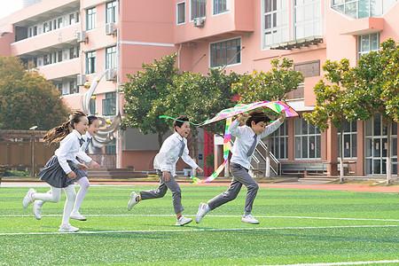 儿童节小学生追逐放风筝图片