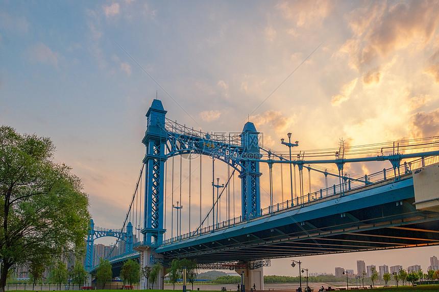 夕阳晚霞天空下的桥梁图片