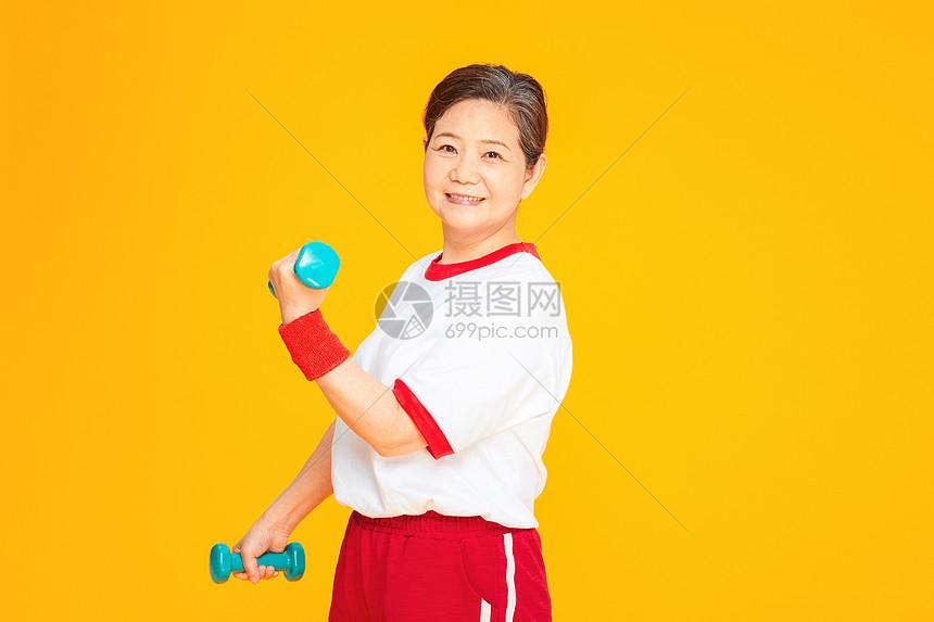 老人健身运动哑铃图片