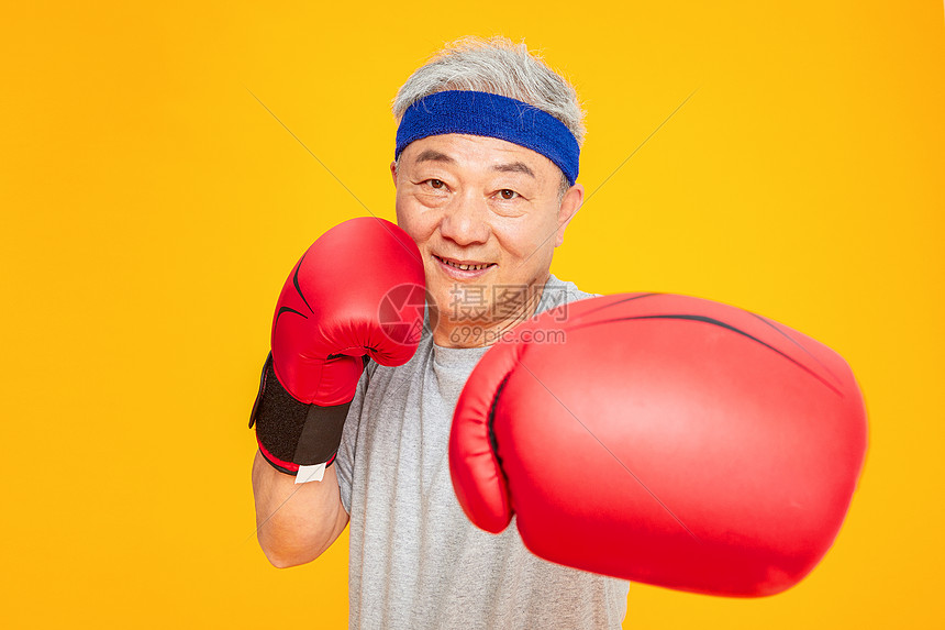 老人运动拳击图片