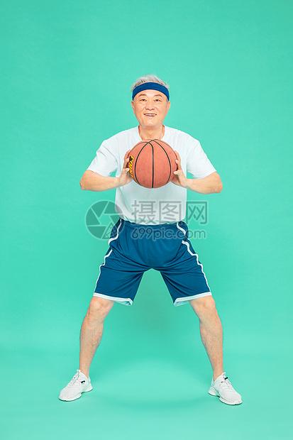 老人运动打篮球图片