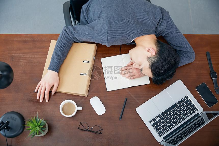 年轻男士办公休息图片