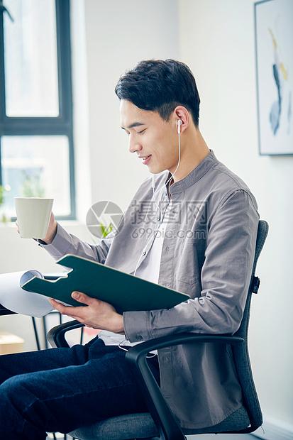 年轻男士查阅文件图片