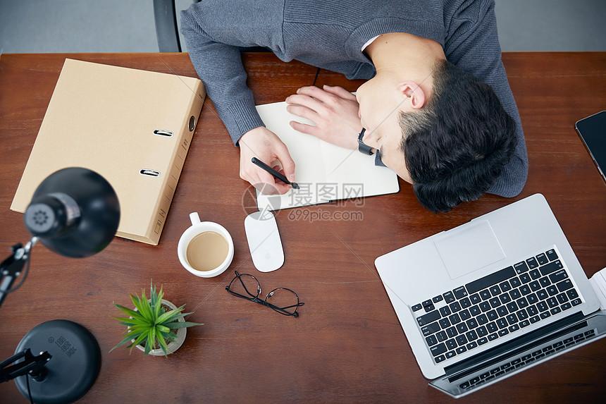 年轻男性办公室休息图片