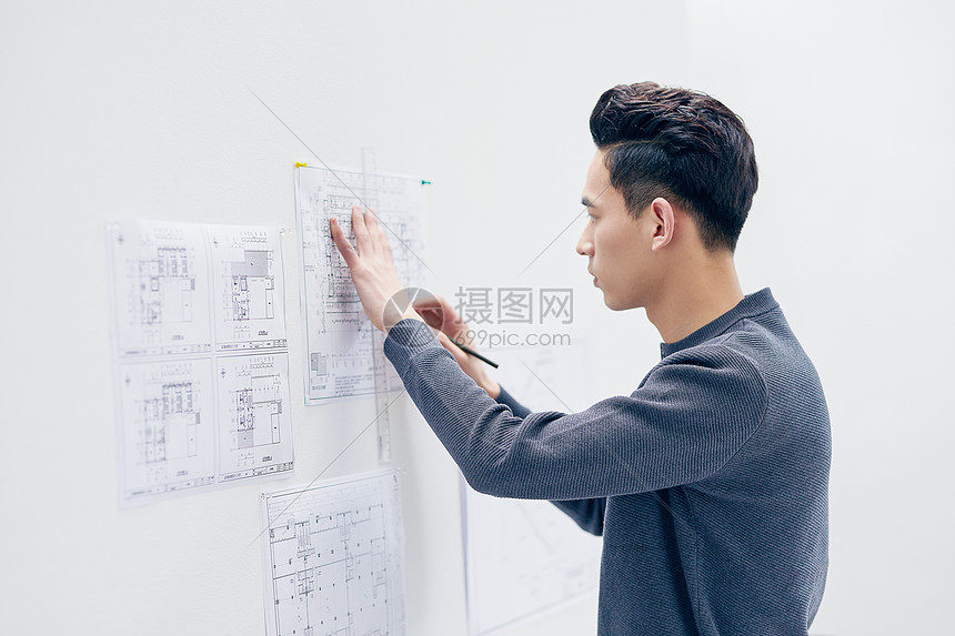 年轻男设计师办公图片