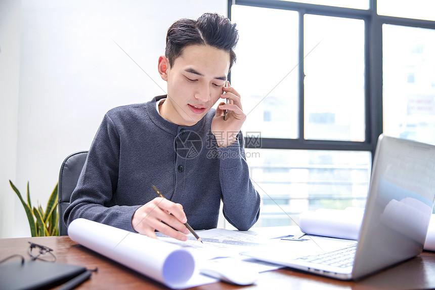 男士工作中接电话图片