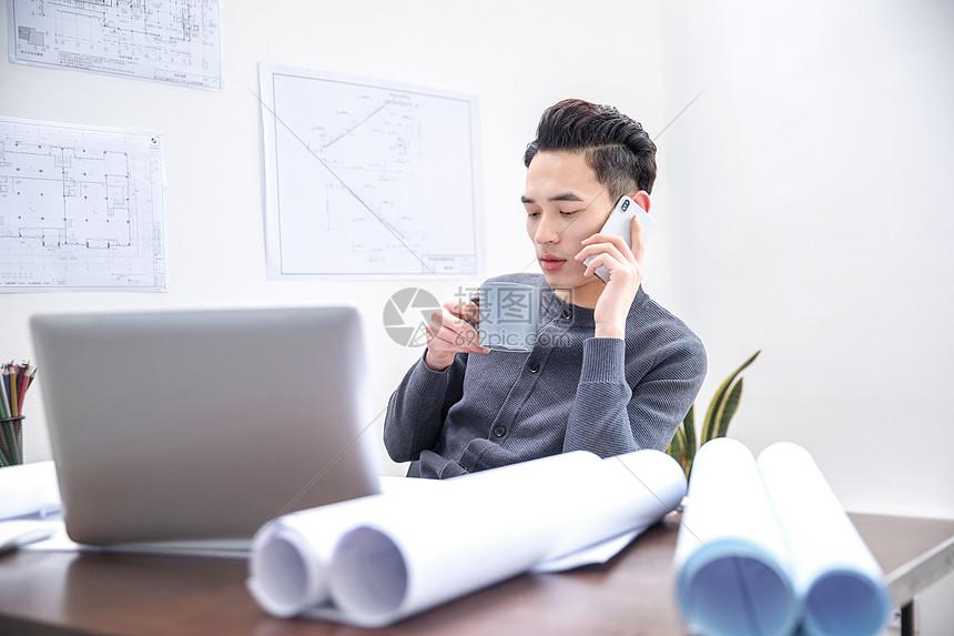 男设计师接电话图片
