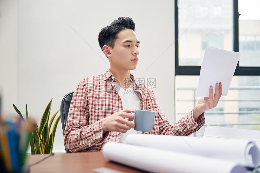 男设计师休闲办公图片