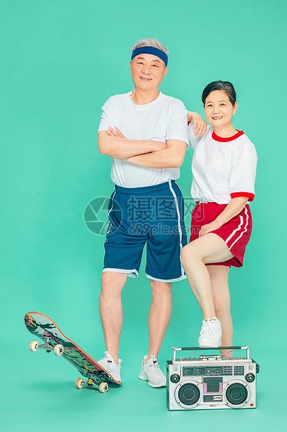 老人运动滑板收音机图片