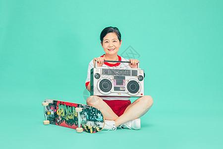 老人运动收音机滑板图片