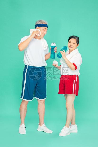 老人运动休息喝水图片