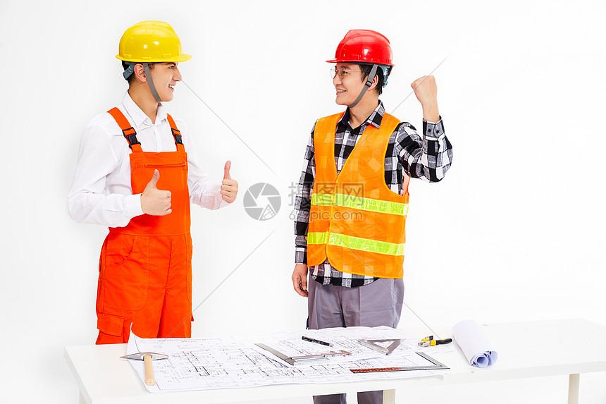 建筑设计团队在讨论工作图片