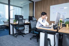 办公室男性久坐劳累图片