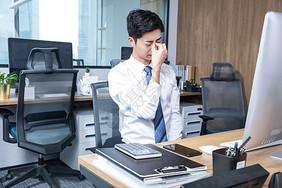 男性办公室久坐劳累图片