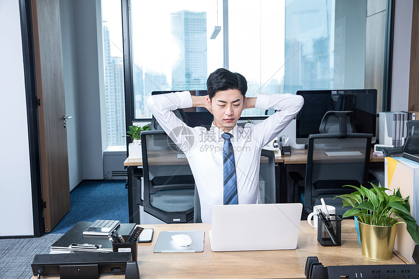办公男性久坐劳累图片