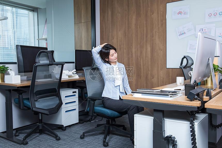 女性办公室锻炼身体图片