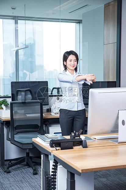 女士在办公室锻炼身体图片