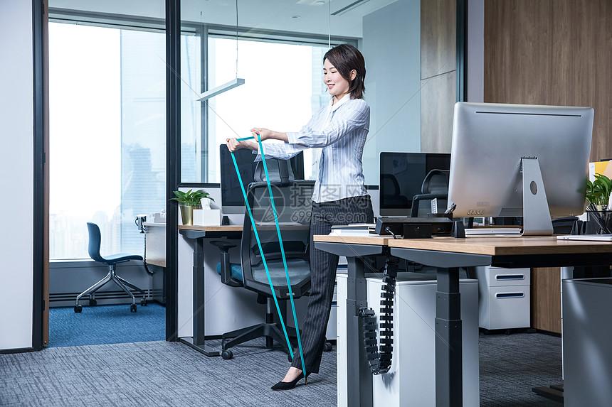 女性办公室锻炼弹力绳图片